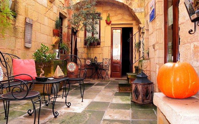 Binnenhofje met stoelen en tafels van Hotel Borgoterra in Puglia