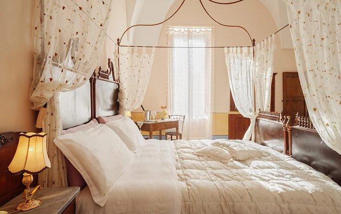 Tweepersoonsbed in slaapkamer van Hotel Borgoterra in Puglia