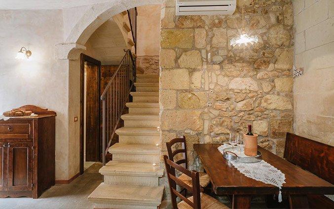 Eetgedeelte met trap naar kamers Hotel Borgoterra in Puglia