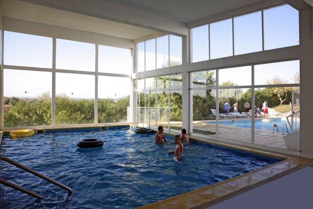Binnenzwembad van appartementen Pateo Village in de Algarve