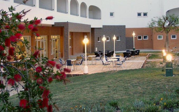 Tuin met terras van Hotel & Spa Maritur in de Algarve