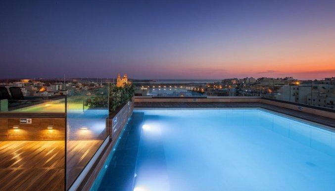 Dakterras met Zwembad van Hotel Solana in Malta