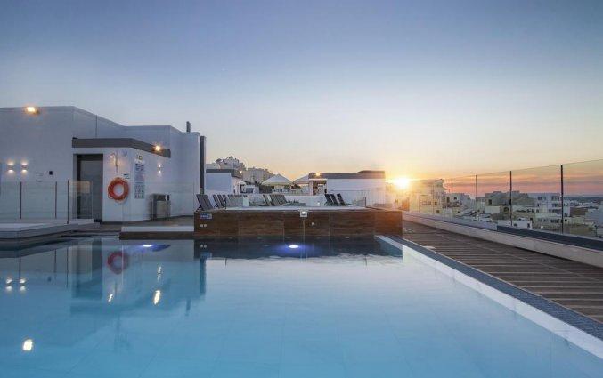 Dakterras met buitenzwembad van Hotel Solana op Malta