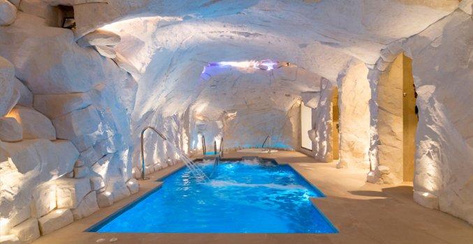 Het binnenzwembad van Hotel La Fonda in Andalusië