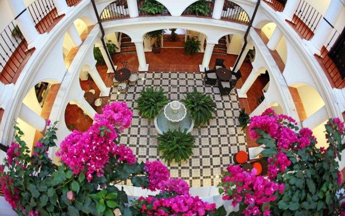 Patio van Hotel La Fonda in Andalusië