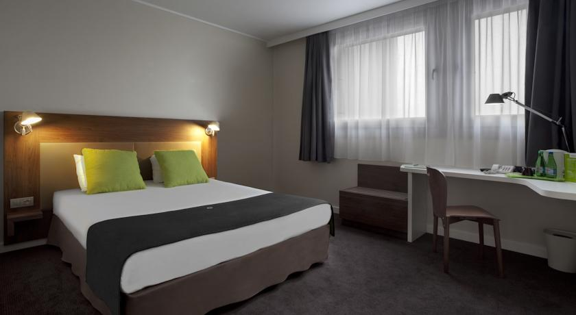 Tweepersoonsbed in kamer van Hotel Campanile Warschau