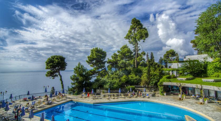 Zwembad van hotel Corfu Holiday Palace in Corfu