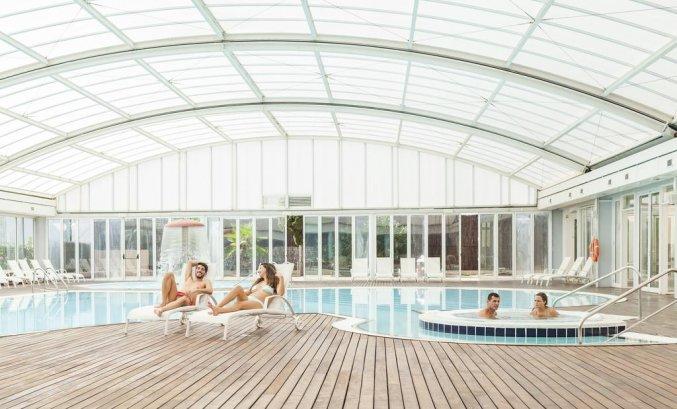 Binnenzwembad van hotel Sirenis Club Tres Carabelas & Spa op Ibiza