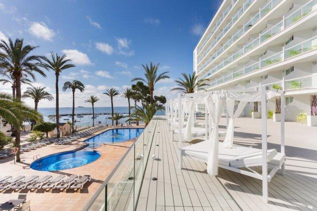 Zwembad en zonneterras van hotel Sirenis Club Tres Carabelas & Spa op Ibiza