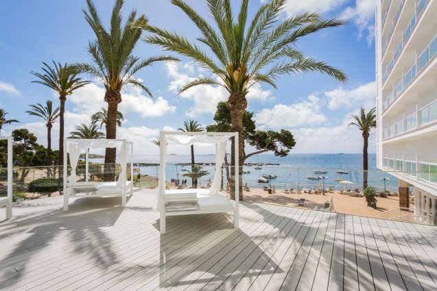 Zonneterras van hotel Sirenis Club Tres Carabelas & Spa op Ibiza