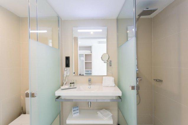 Badkamer van een tweepersoonskamer van hotel Sirenis Club Tres Carabelas & Spa op Ibiza