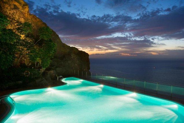 Belicht zwembad in de avond van Hotel Mogan Princess & Beach Club op Gran Canaria