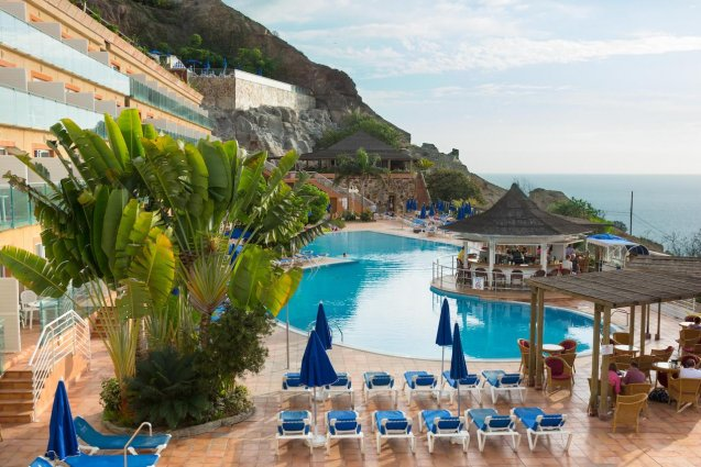 Zwembad en terras van Hotel Mogan Princess & Beach Club op Gran Canaria