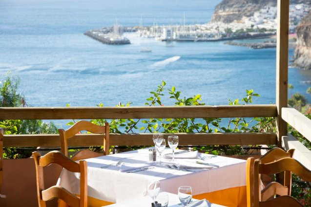 Tafeltjes op het terras van Hotel Mogan Princess & Beach Club op Gran Canaria