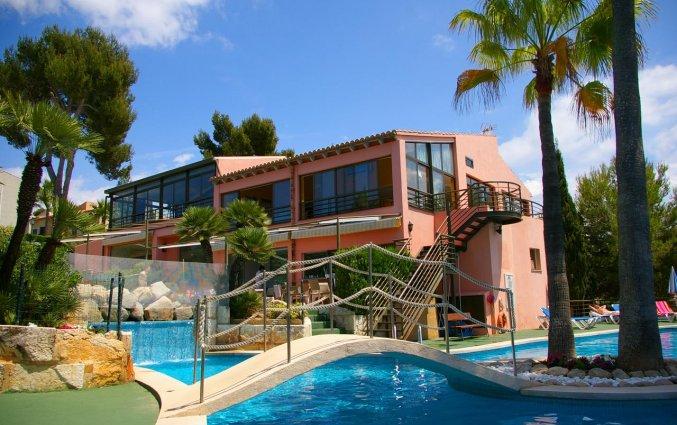 Tuin met zwembad van Aparthotel Ona Aucanada op Mallorca