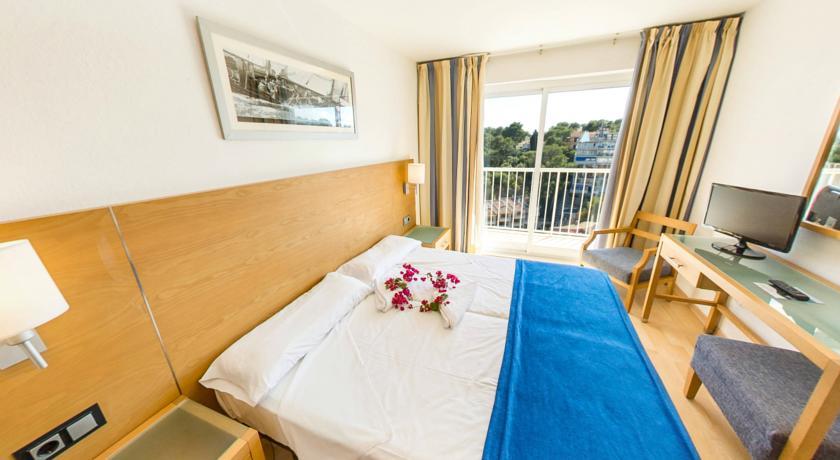 Slaapkamer van standaardjaner hotel Costa Portals op Mallorca