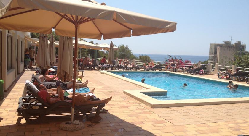 Zonnebedjes van hotel Costa Portals op Mallorca