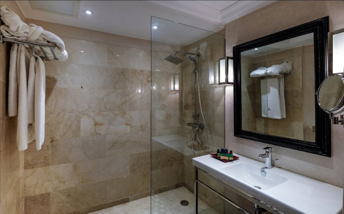Badkamer van een tweepersoonskamer van Hotel & Spa Hivernage in Marrakech