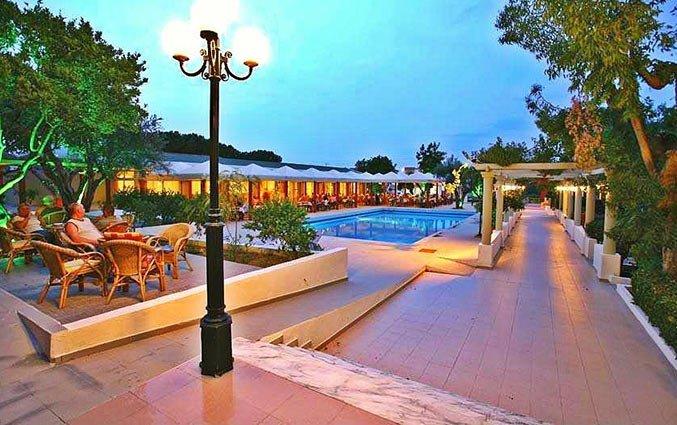 Zwembad van Aparthotel Filerimos Village op Rhodos