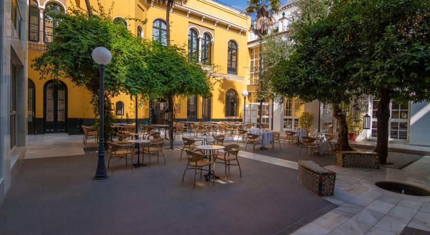 Tuin met terras van Hotel San Gil in Sevilla
