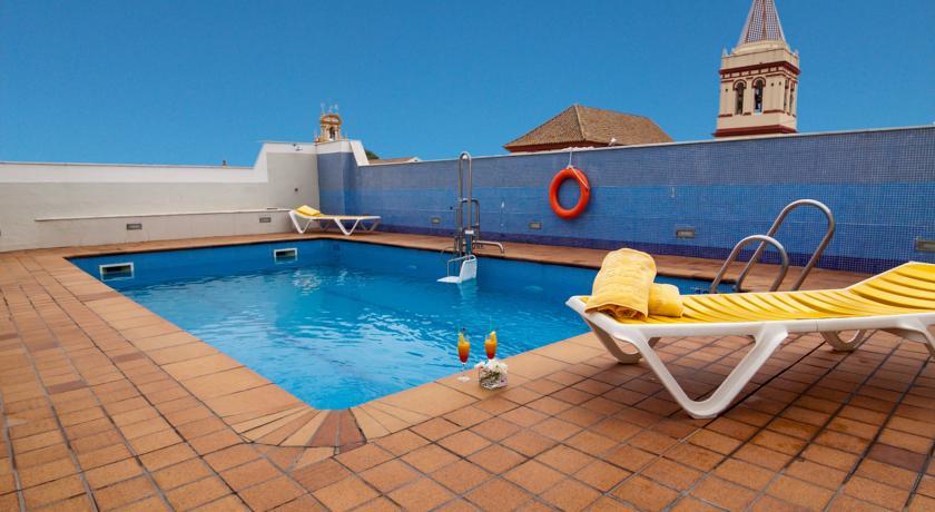 Dakterras met zwembad van Hotel San Gil in Sevilla