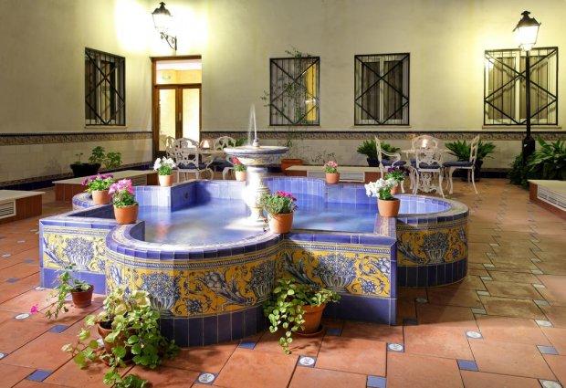 Patio met fontein van hotel Eurostars Regina in Sevilla