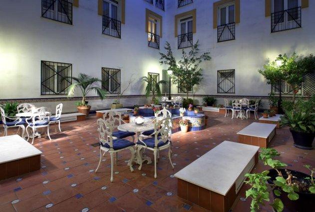 Patio van hotel Eurostars Regina in Sevilla