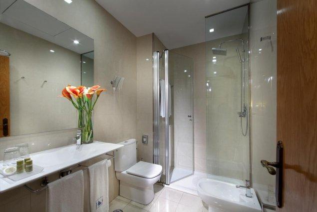 Tweepersoonskamer van een badkamer van hotel Eurostars Regina in Sevilla