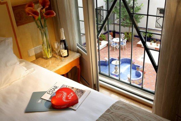 Tweepersoonskamer met uitzicht van hotel Eurostars Regina in Sevilla