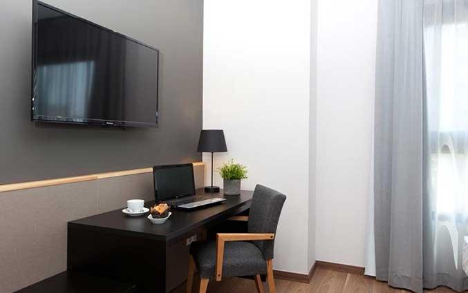 Bureau en televisie van een kamer van Hotel Kramer Valencia