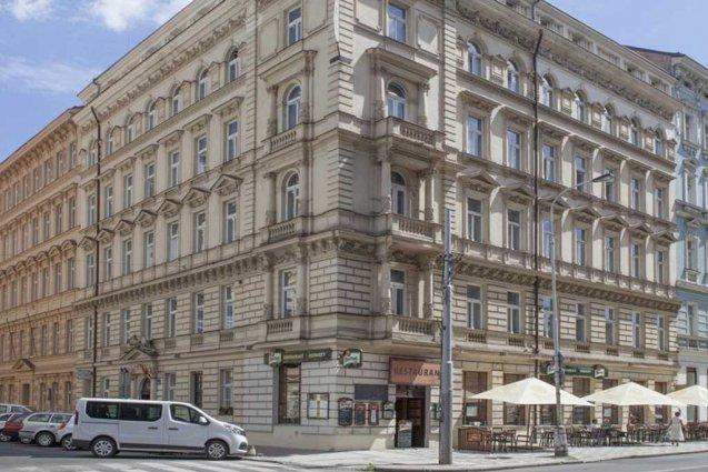 Voorkant van hotel Atos in Praag