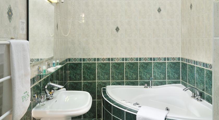 Badkamer van een tweepersoonskamer van hotel Baross City in Budapest
