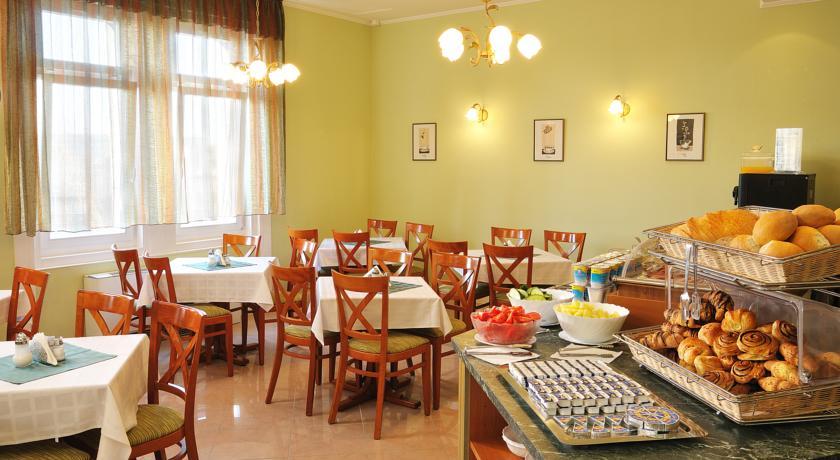 Ontbijtzaal van hotel Baross City in Budapest