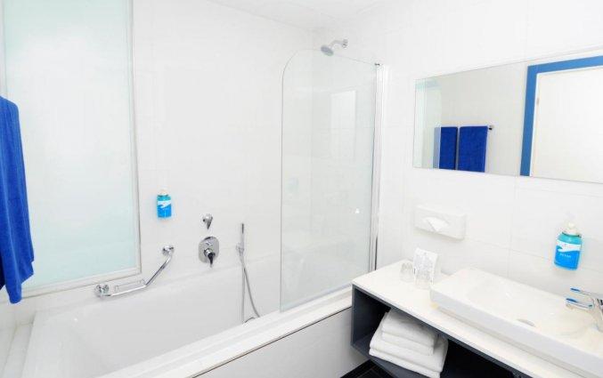 Badkamer van een tweepersoonskamer van Resort DB Seabank op Malta
