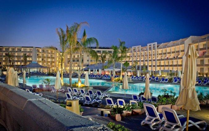 Terras bij het buitenzwembad van Resort DB Seabank op Malta