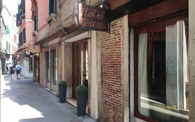 Ingang van Hotel Gorizia a la Valigia in Venetie