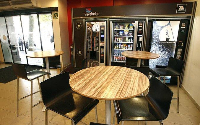 Zithoek met snackautomaten van Hotel Travelodge Poblenou in Barcelona