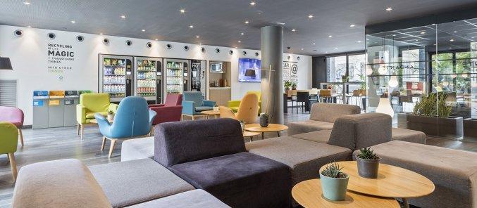 Lobby met bibliotheek van hotel Andante in Barcelona
