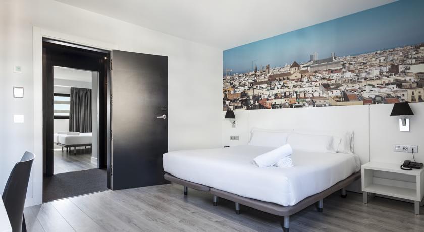 Tweepersoonskamer met spiegel van hotel Andante in Barcelona