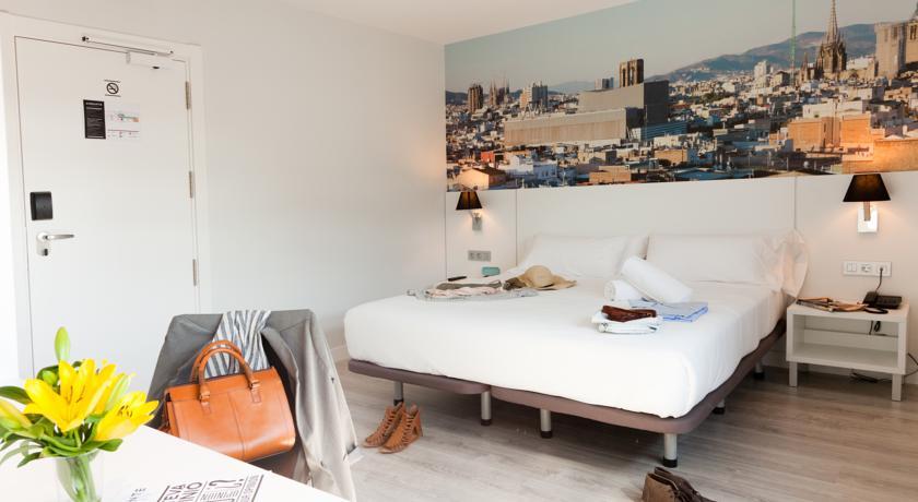 Tweepersoonskamer met bureau van hotel Andante in Barcelona