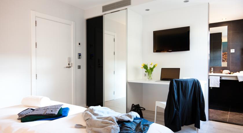 Bureau met televisie in kamer van hotel Andante in Barcelona