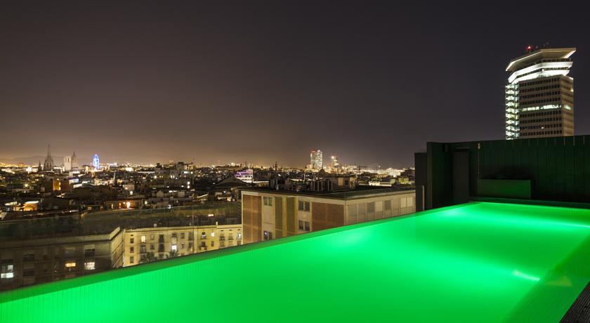 Dakterras met zwembad van hotel Andante in Barcelona