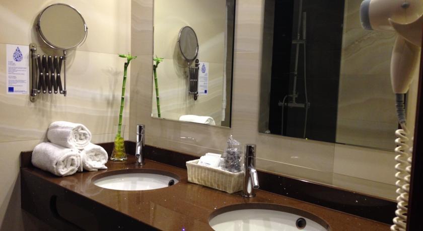 Badkamer van kamer in Hotel Da Bolsa in Porto
