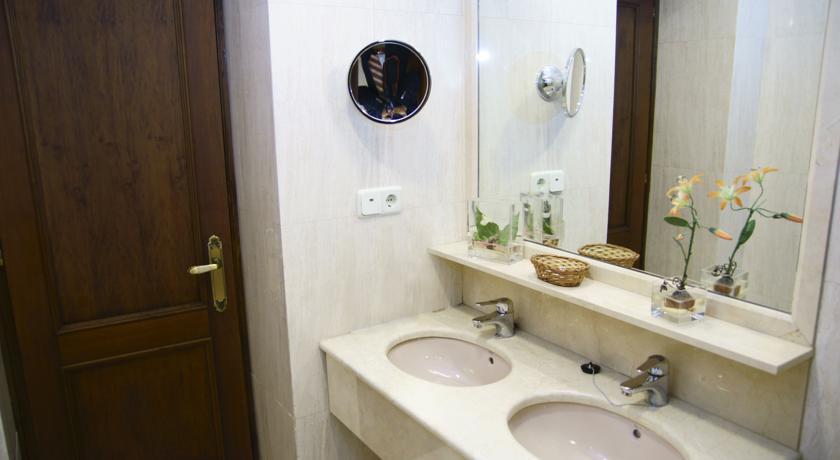 Badkamer van een tweepersoonskamer van Hotel Best Western Los Condes in Londen
