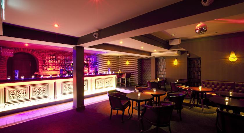 Bar met zitgedeelte hotel Harcourt in Dublin