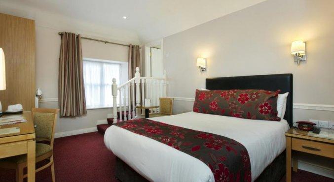 Tweepersoonsbed van hotel Harcourt in Dublin