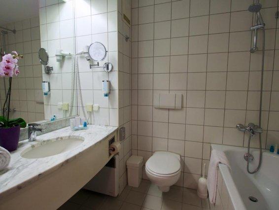 Badkamer in kamer van cityhotel Arion Vienna in Wenen