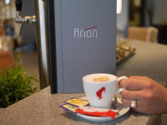 Drinken aan de bar van cityhotel Arion Vienna in Wenen