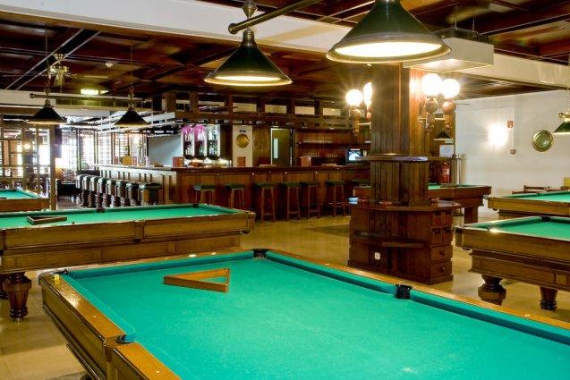 Speelhal en bar van Hotel Balaia Mar in de Algarve