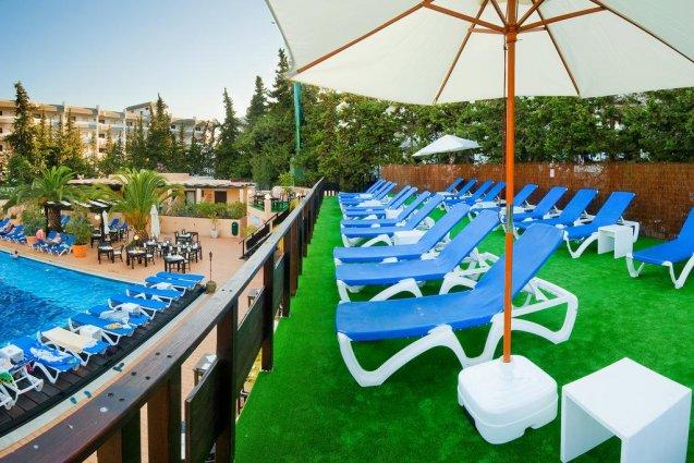 Terras met ligbedjes van Hotel Balaia Mar in de Algarve